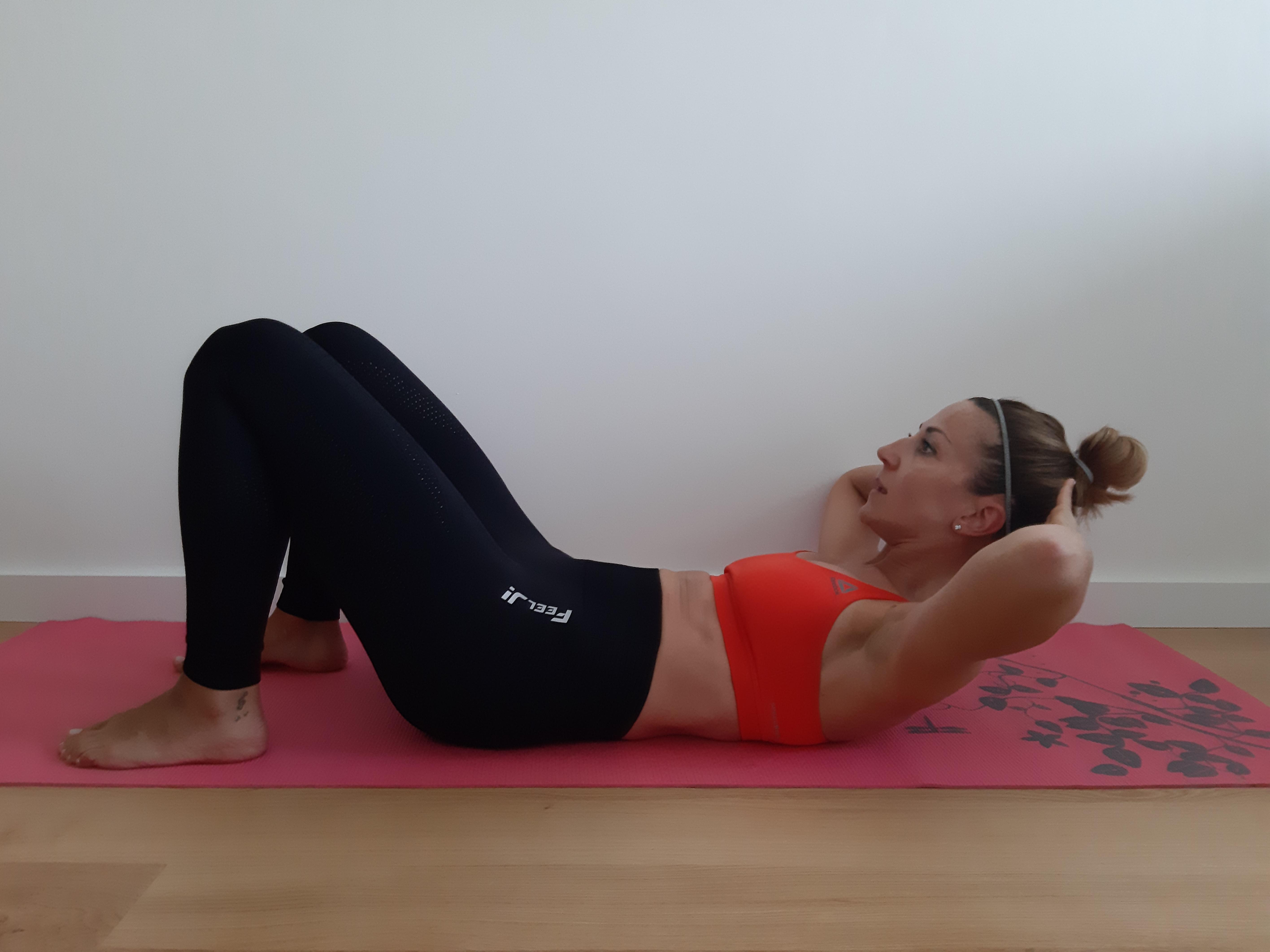 ćwiczenie na mięśnie brzucha basic crunch