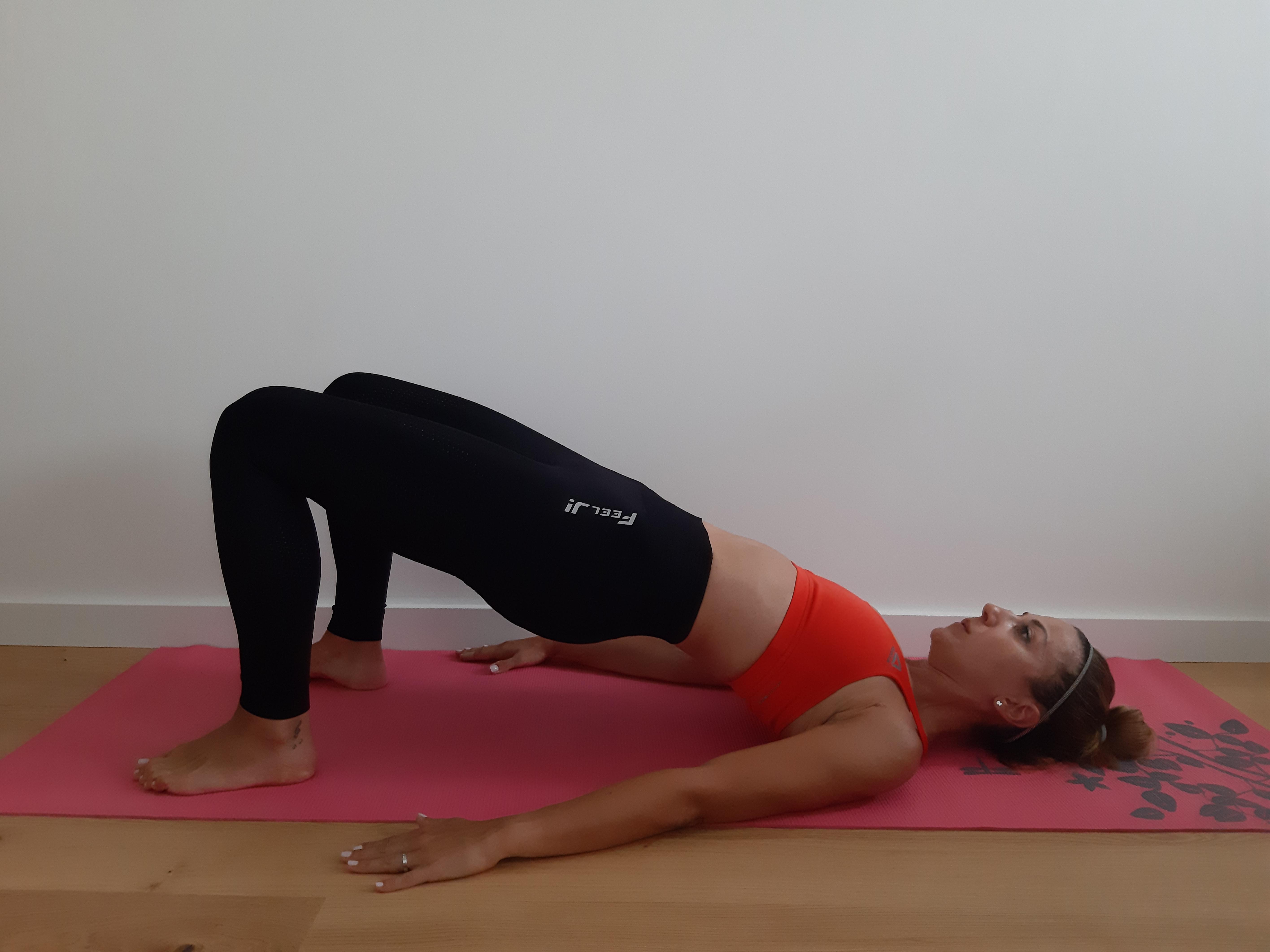 ćwiczenie mięśni brzucha glute bridge