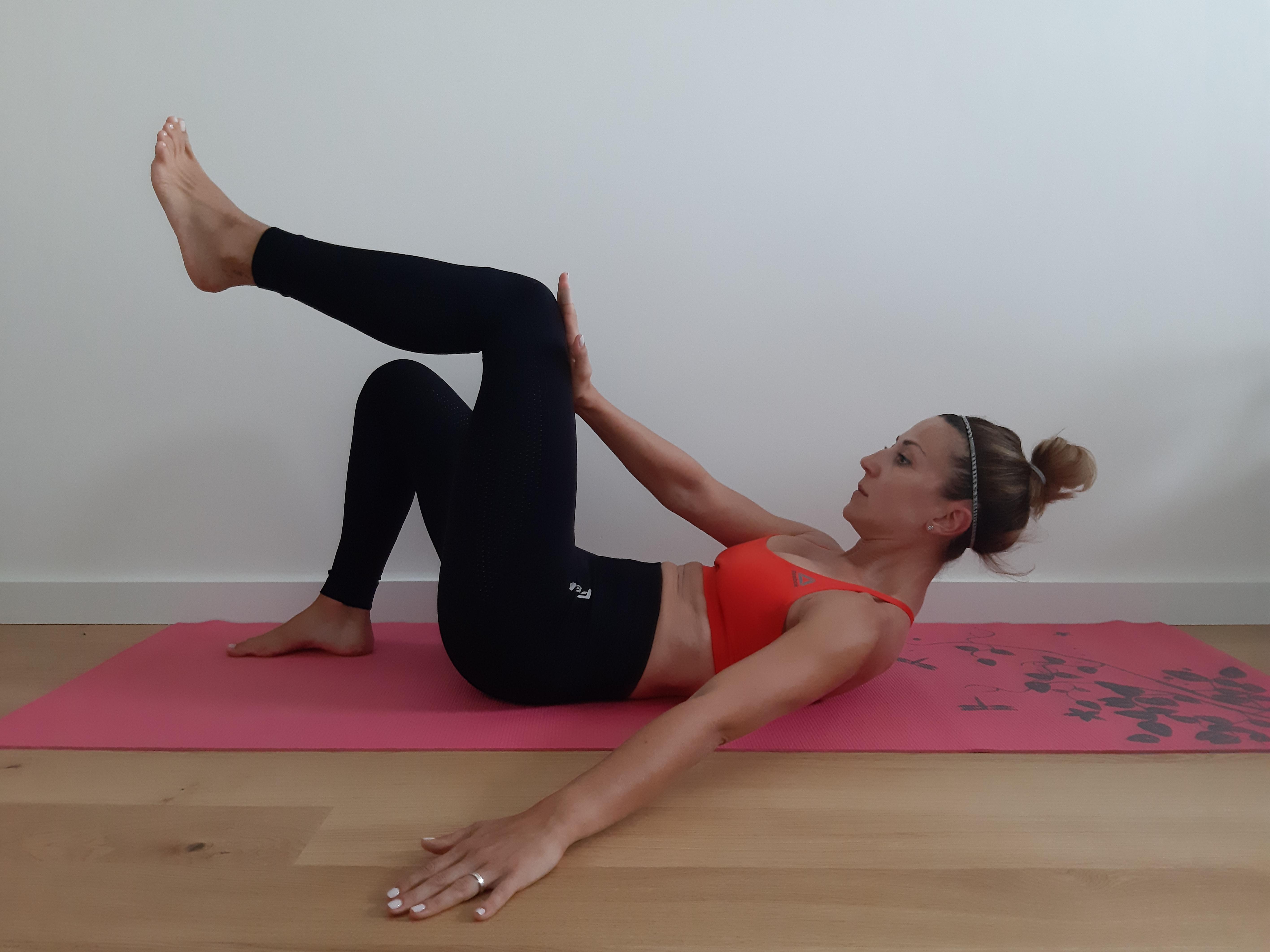 ćwiczenie mięśni brzucha - napieranie dłonią