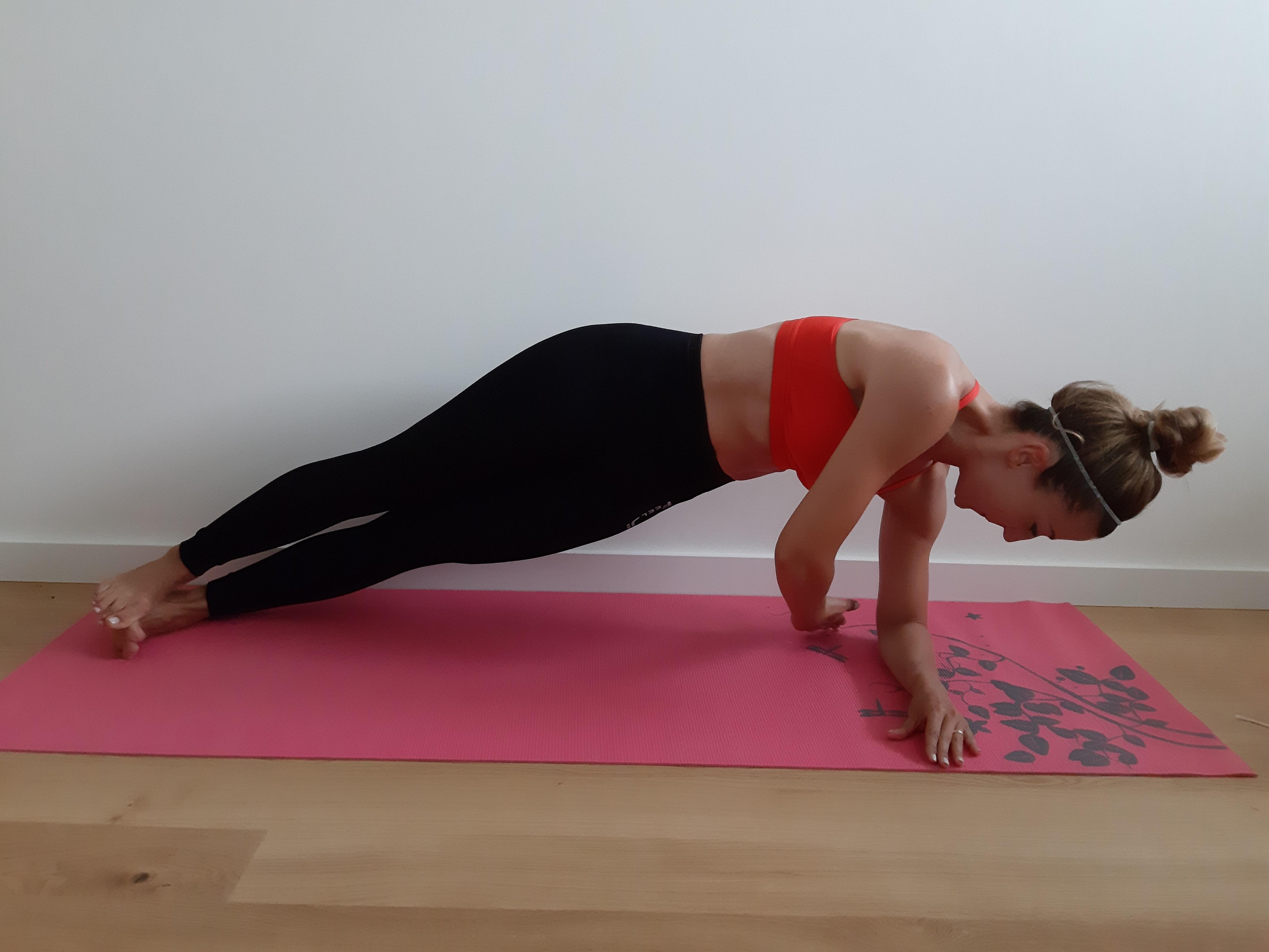ćwiczenie na mięśnie brzucha side plank z rotacją