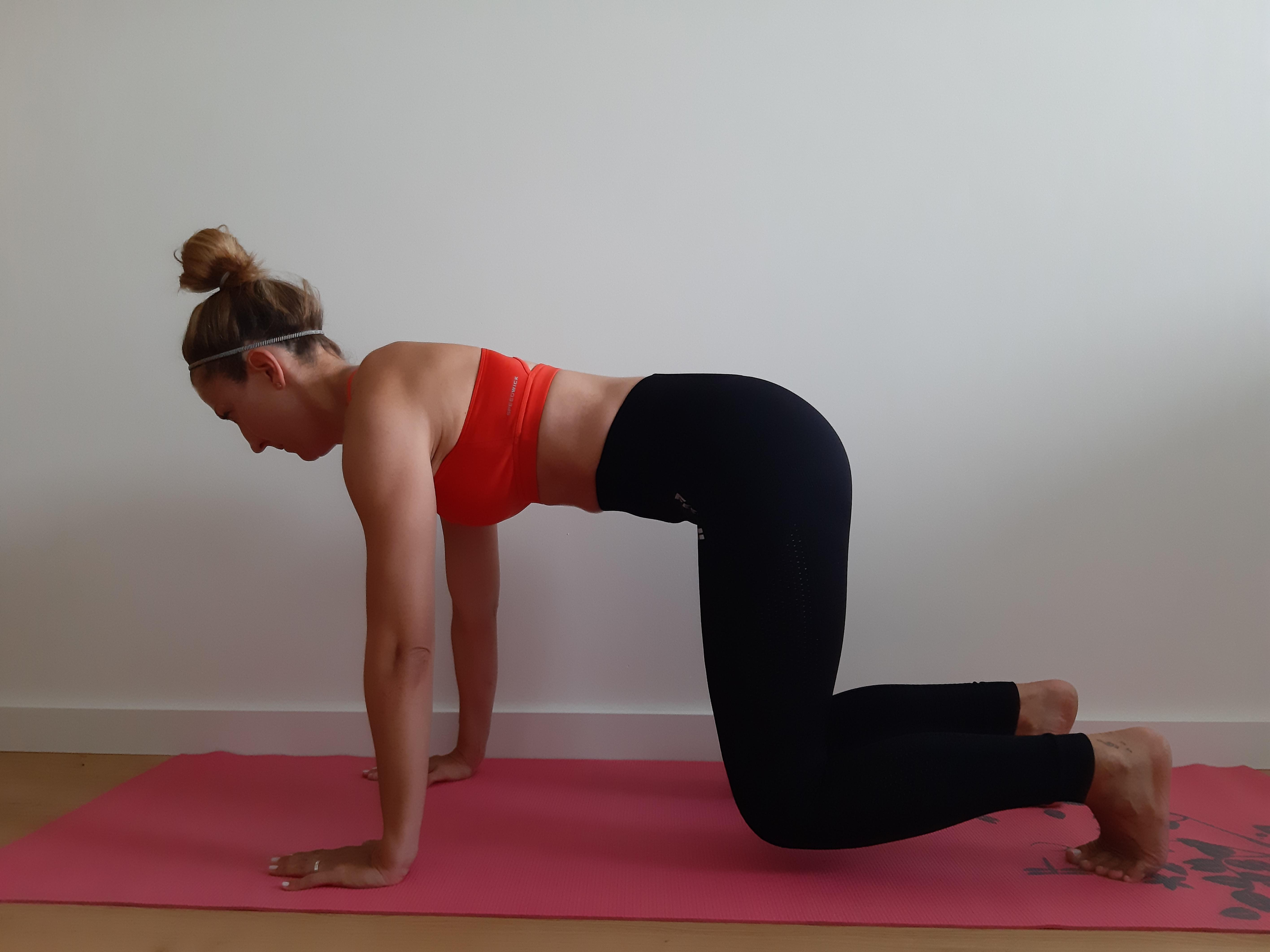 ćwiczenie mięśni brzucha unoszeni kolan