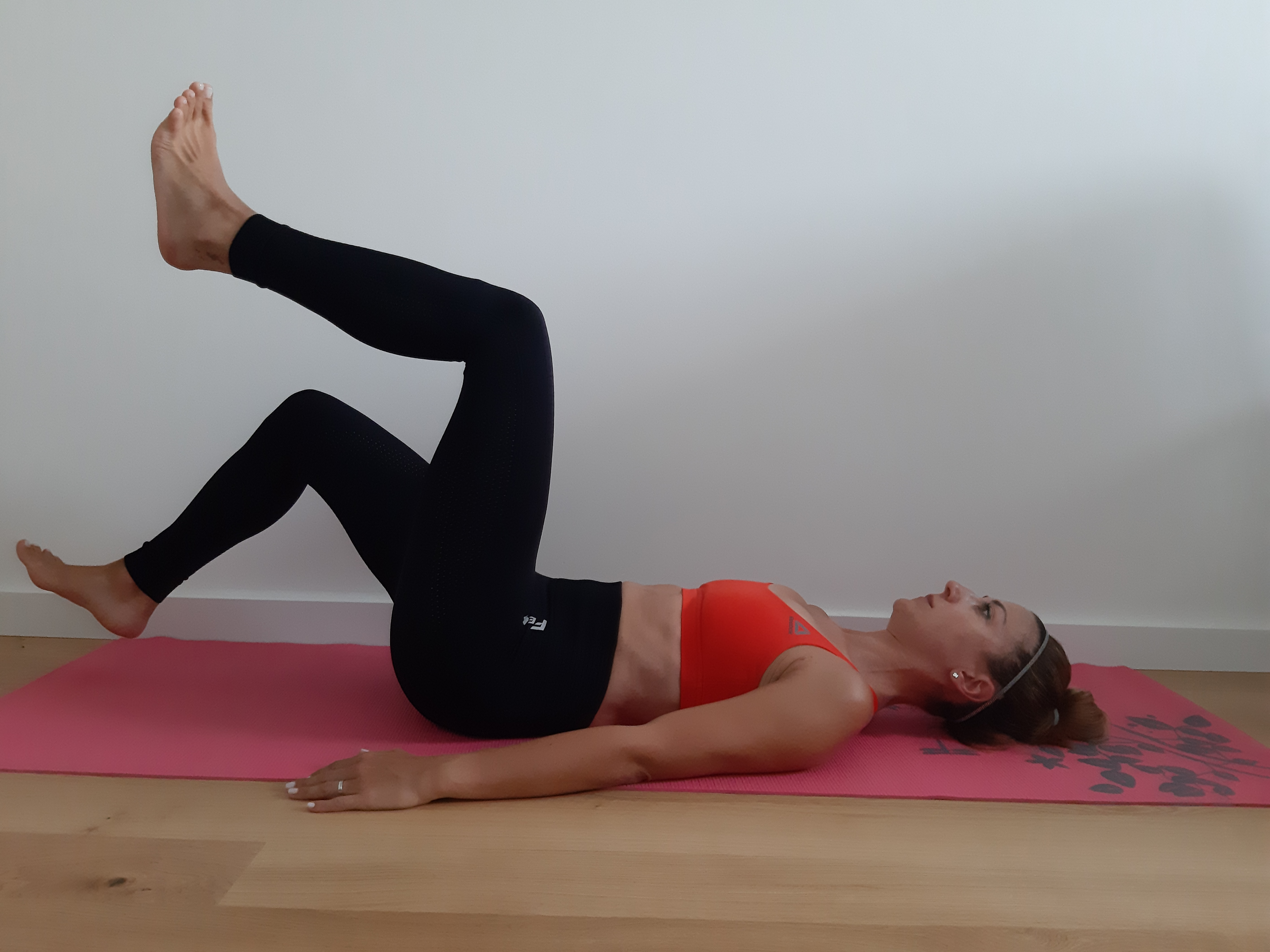 ćwiczenie na brzuch unoszenie zgiętych kolan
