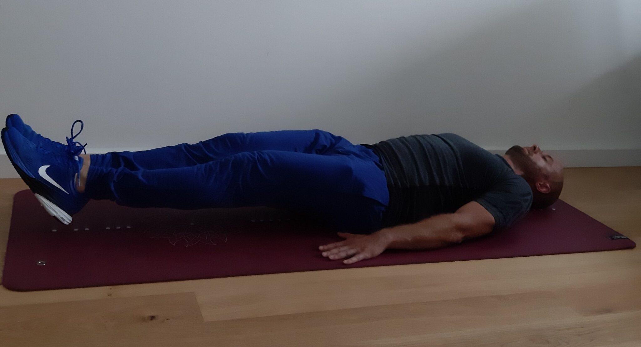trening w domu opuszczanie nóg